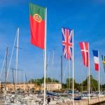 Een rij met vlaggen om bezoekers te verwelkomen in de haven van Bardolino Gardameer, Italië