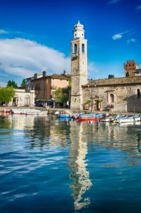 Klein romantisch haventje in Lazise, Gardameer, Italië