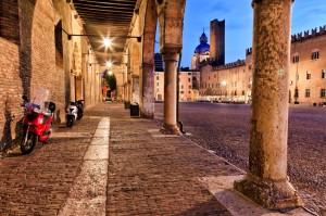Eeuwen oude Romeinse stad met terrasjes op de achtergrond.