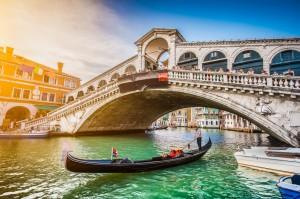 Een Gondola op het Grande kanaal met Rialto Brug tijdens zonsondergang in Venetië, Italië